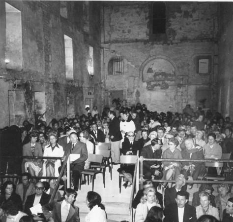 1975: le public dans la nef sur 3 niveaux